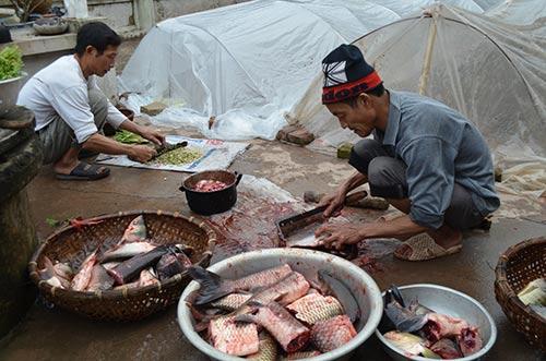 Cá nướng thường là loại trắm cỏ (từ 2 - 5kg), hay cá chép (từ 1 - 2 kg) tùy theo sở thích của mỗi nhà. Năm nay, gia đình nhà ông Nguyễn Văn Tiến (58 tuổi) ở thôn Đại Thắng 5 cũng chuẩn bị 5kg cá trắm cỏ để nướng.