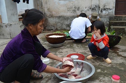 Bà Nguyễn Thị Nhiệm (61 tuổi) đang ướp cá cùng với gia vị