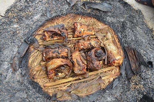 Sau khoảng 3 giờ đốt cá sẽ lật mặt con cá lại để không bị cháy