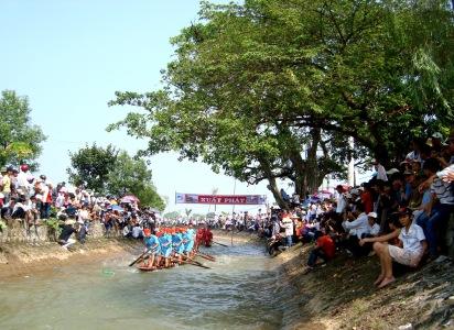 Thi bơi chải đứng đặc sắc chỉ có ở lễ hội chùa Keo                                                                      (ảnh Xuân Hoàn)
