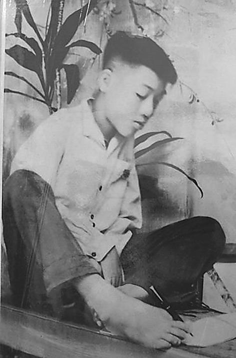 Cậu bé Nguyễn Ngọc Ký viết bằng chân là tấm gương nghị lực sống của nhiều thế hệ học sinh.