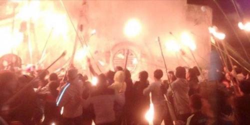 """người dân xin """"lửa thánh"""" đêm giao thừa để cầu may mắn, sự no ấm"""