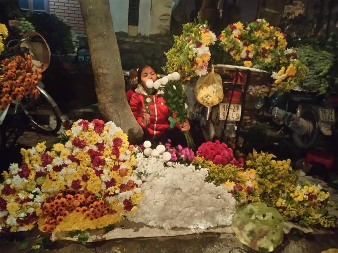 Người chủ đang sắp xếp bó hoa lại thành những bó to.