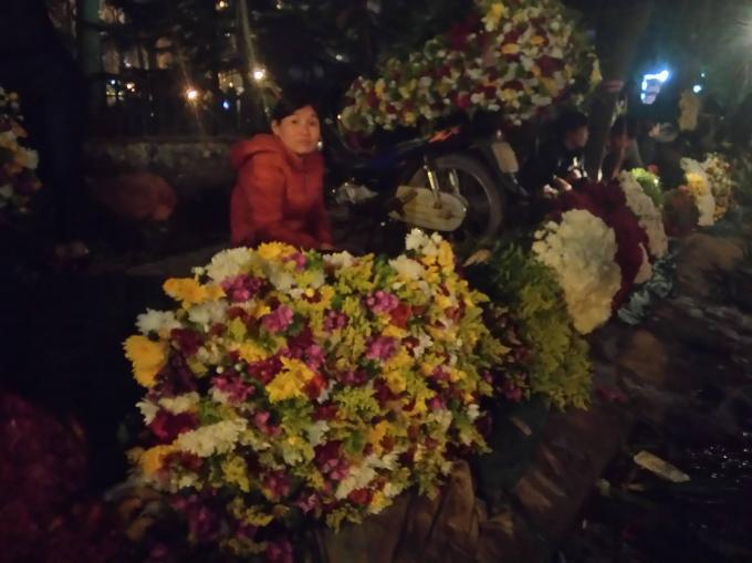 Mỗi điểm bán hàng một loại hoa khác nhau tạo cho chợ hoa đêm đầy màu sắc.