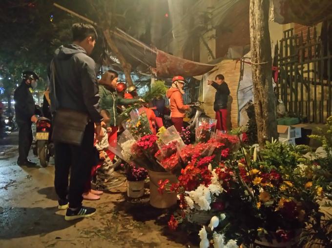 Người mua bán, xem hoa tạo nên không khí nhộn nhịp giữa lòng thành phố.