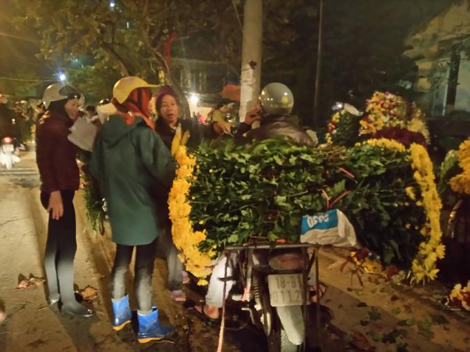 Hoa được người mua chọn ngay trên xe.