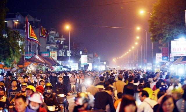 Chợ Viềng đầu xuân, tấp nập du khách gần xa.