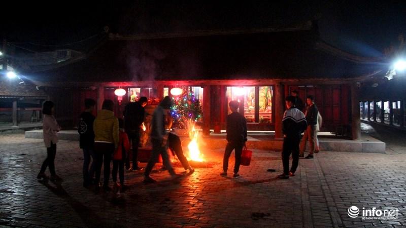 Bảo vệ chùa rút chân hương và dập tắt ngay cạnh đó để tránh hỏa hoạn.