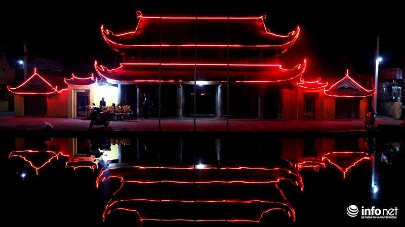 Ngôi chùa trầm mặc in hình dưới căn hồ bán nguyệt phía trước.