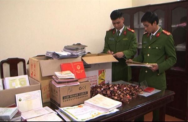 Lực lượng Công an kiểm đếm số tài liệu bị thu giữ.