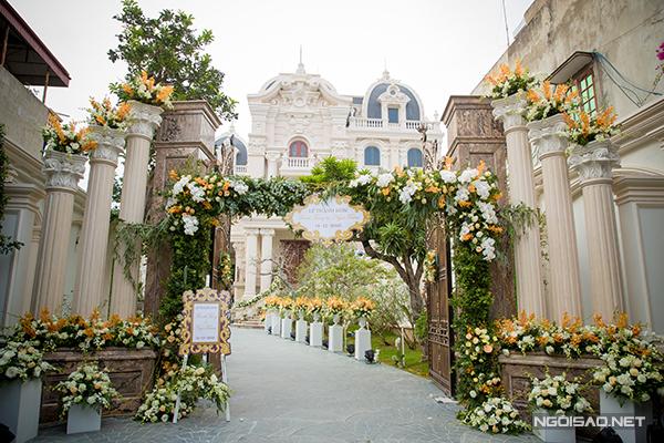"""Với """"toà lâu đài"""" được xây theo kiến trúc châu Âu, đôi uyên ương đã chọn style trang trí tinh tế, thanh lịch với tông vàng kem và hồng pastel chủ đạo."""