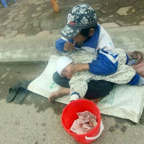 Những đứa trẻ ăn xin ngoài chợ (Ảnh nguồn: Internet).
