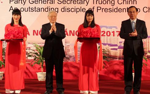 Tổng Bí thư Nguyễn Phú Trọng cắt băng khai mạc triển lãm