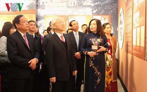 Tổng Bí thư Nguyễn Phú Trọng và các đại biểu tham quan các gian trưng bày tại triển lãm.