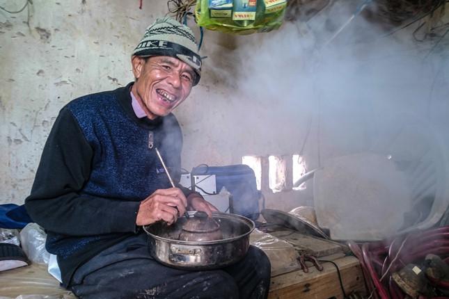 """Ông Nguyên năm nay ngoài 70 tuổi, là người có thâm niên trồng đào đã 23 năm. Hít một hơi thuốc lào ông cười tươi kể: """"Từ sáng đến giờ khách ra vào không ngớt, tôi uống nước chè với thuốc lào suông từ sáng đến giờ đã có bát cơm nào vào bụng đâu. Nhưng lúc nào mà cũng đông khách như thế này thì chẳng còn biết đói nữa…""""."""