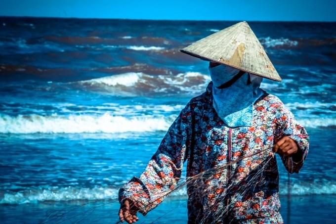 Đánh bắt gần bờ để kiếm được miếng cơm qua ngày cũng là điều không hề đơn giản với những người dân làm nghề chài lưới...
