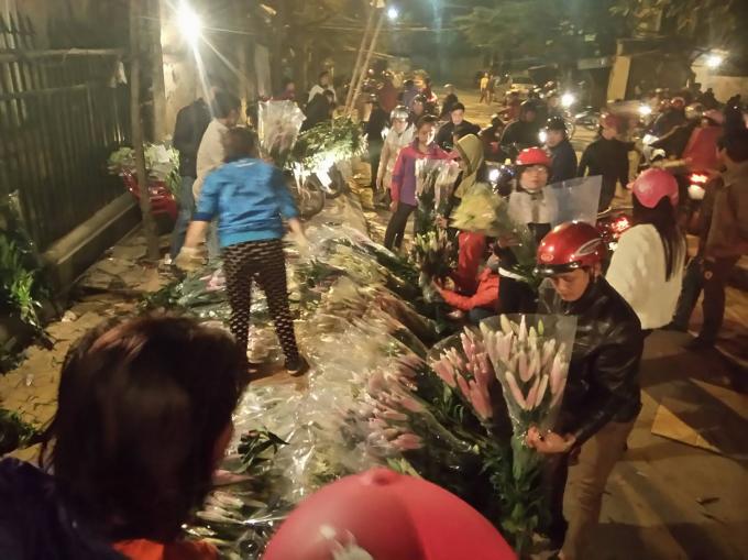 Nhiều người đang chọn mua tại một điểm bán hoa Ly.