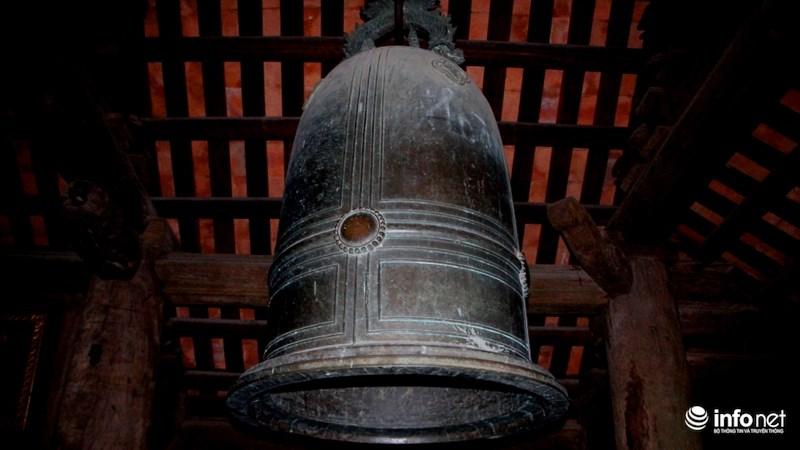 Đầu làng có ngôi chùa Keo (Thần Quang tự) thờ đức thánh Dương Không Lộ - một thiền sư thời nhà Lý. Như các ngôi chùa khác ở Bắc Bộ, chùa Keo Hành Thiện có gác chuông phía ngoài, và từ nhiều năm qua làng vẫn luôn có tục đánh chuông vào thời khắc Giao thừa đón Năm mới