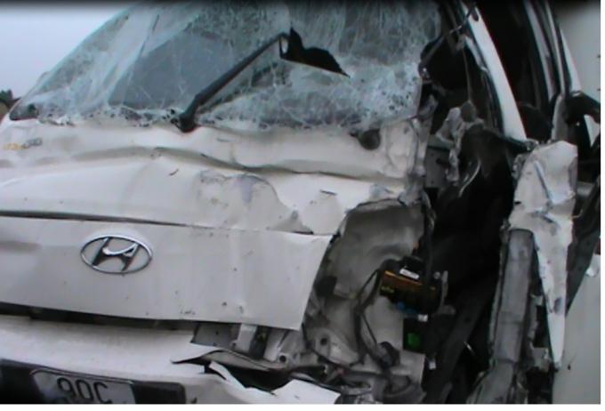 Phần đầu xe ô tô bị hư hỏng nặng.