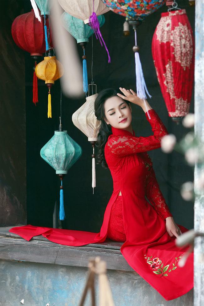 """Cũng trên sân khấu của chương trình """"Thay đổi cuộc sống"""", Vũ Thanh Quỳnh đã giới thiệu đến khán giả bộ sưu tập áo dài của mình mang tên """"Nét xưa""""."""