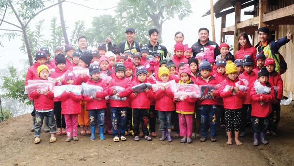 Pro Sports đã dành tặng 260 suất quà gồm quần áo, giày dép, sách vở cho các em điểm trường Nghều Lài.
