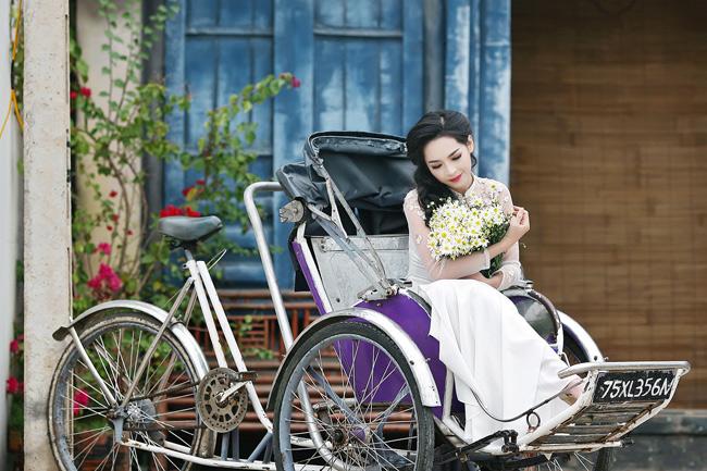 """Sở hữu gương mặt đẹp với nhiều nét """"rất Hàn Quốc"""" sau khi phẫu thuật thẩm mỹ nhưng khi diện áo dài, Thanh Quỳnh vẫn toát lên vẻ đẹp truyền thống của phụ nữ Việt."""