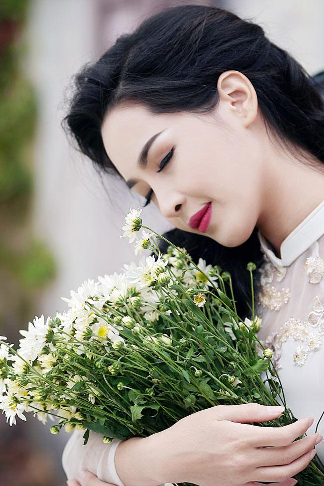 Tốt nghiệp ngành thiết kế thời trang, từng tìm hiểu về rất nhiều loại trang phục hiện đại, phá cách... nhưng Thanh Quỳnh vẫn đặc biệt yêu thích áo dài truyền thống.