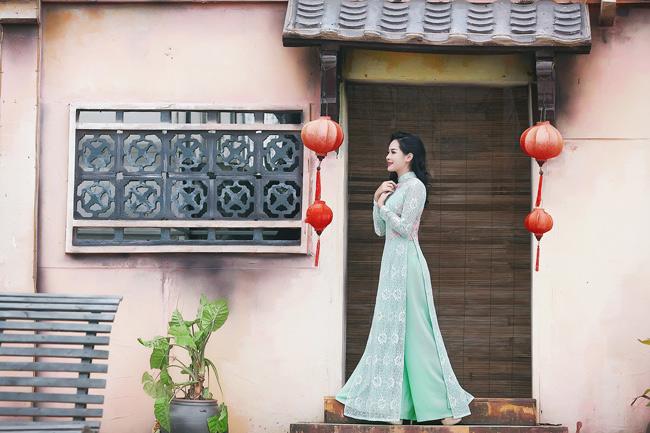 Cô yêu áo dài không chỉ bởi nó tôn lên vẻ đẹp dịu dàng, nữ tính của người con gái mà bởi nó gợi nhớ đến nhiều nét văn hóa đặc trưng của người Việt.