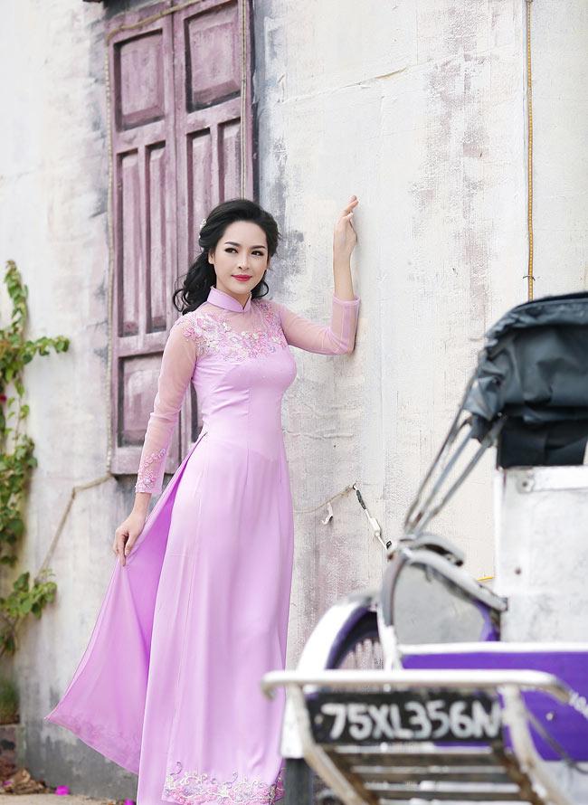 Trong tà áo dài màu vàng nổi bật, Thanh Quỳnh khiến bạn bè và người thân ngỡ ngàng trước nhan sắc mới xinh đẹp hơn bội phần.