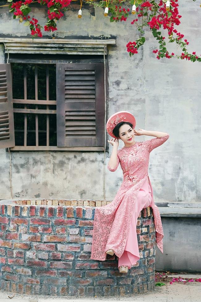 """Đặc biệt yêu thích áo dài truyền thống, """"hot girl phẫu thuật thẩm mỹ"""" Vũ Thanh Quỳnh đã thực hiện bộ ảnh áo dài đón xuân."""