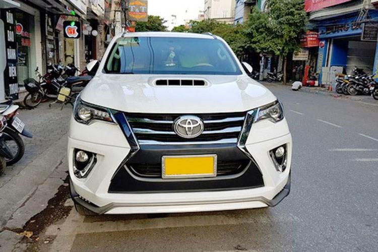 Mới đây, trên mạng xã hội đã lan truyền một số bức hình chụp chiếc Toyota Fortuner 2017 thế hệ mới xuất hiện tại Nam Định. Những hình ảnh này ngay lập tức gây sự chú ý bởi Fortuner 2017 vẫn chưa định giá cũng như chốt ngày ra mắt Việt Nam. Ngoài ra, sự độc đáo của chiếc xe này đến từ phong cách độ Lexus LX570 mà nó sở hữu.
