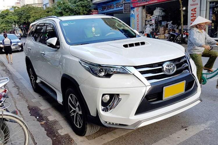 Dựa trên hình ảnh, chiếc Toyota Fortuner mang biển kiểm soát của Lào. Tại Đông Nam Á, thế hệ thứ 2 của Fortuner hiện đã bán ở Thái Lan, Malaysia, Indonesia và Lào. Dự kiến xe sẽ được khởi bán tại Việt Nam từ đầu năm 2017, nhưng hiện tại các khách hàng đã có thể đặt xe.