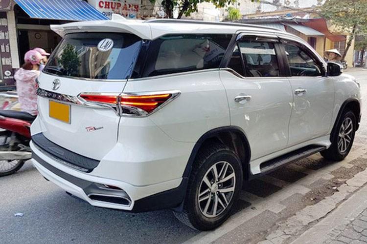Chiếc xe trong hình thực tế được lắp đặt bản độ của hãng Ativus đến từ Thái Lan. Hàng độ của Ativus được áp dụng khá nhiều trên các mẫu xe Nhật, từ Toyota, Mazda cho đến Mitsubishi. Ở bản độ này, điểm nhấn của Toyota Fortuner mới là mặt tản nhiệt hình con suốt (chữ X) khá rõ nét như mẫu xe sang Lexus LX570.