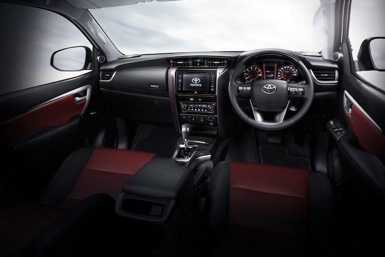 Bên trong, chiếc SUV bán chạy nhất của Toyota tại Việt Nam gây bất ngờ bởi sự thay đổi lại hoàn toàn những gì đã thấy trước đây theo hướng tinh tế và sang chảnh hơn. Tiện nghi nội thất gồm màn hình thông tin giải trí cảm ứng 7 inch, chìa khóa thông minh, vô-lăng tích hợp lẫy chuyển số, điều hòa tự động, kết nối Bluetooth, USB, AUX...