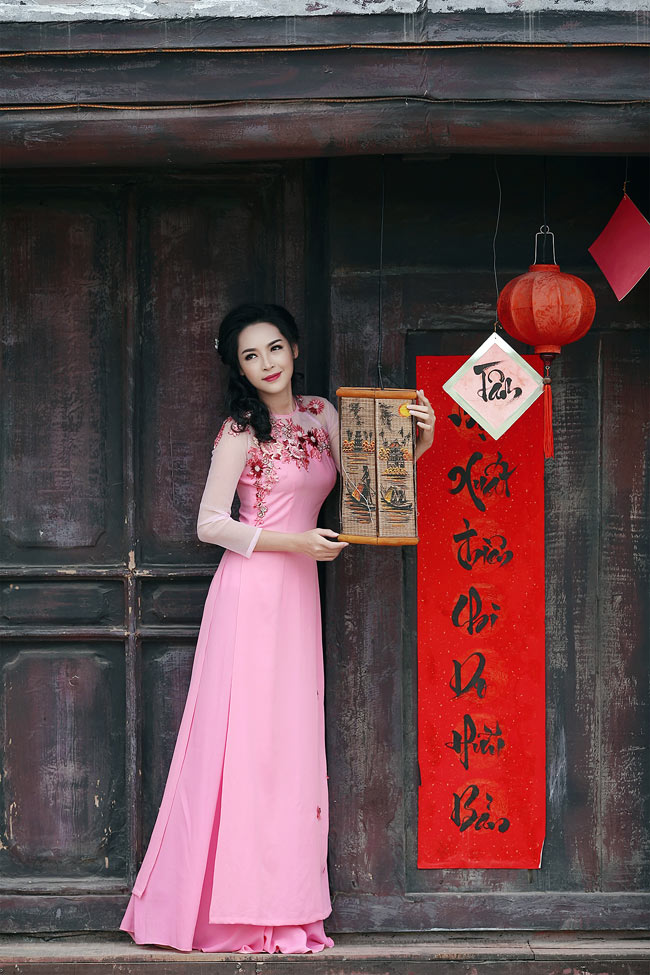 """Năm 2014, ngày đầu tiên trở về Việt Nam sau ba tháng sang Hàn Quốc """"tu sửa"""" toàn bộ gương mặt, Thanh Quỳnh cũng mặc áo dài."""