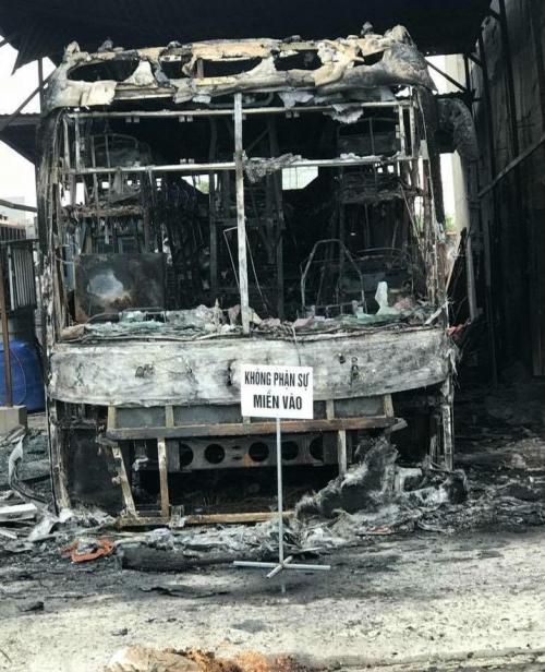 Chiếc xe cháy rụi chỉ còn trơ lại khung.