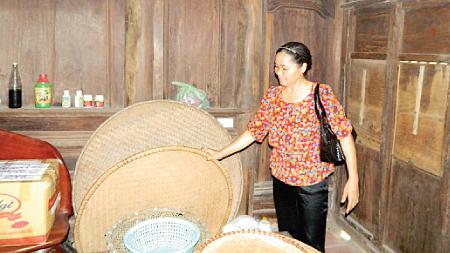 Bà Ngô Thị Khiếu giới thiệu về các dụng cụ sinh hoạt của người nông dân.
