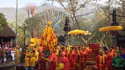 Tăng cường vòng tròn tình nguyện viên bảo vệ ở các đám rước lễ vật tại hội Gióng đền Sóc. Ảnh: Toan Toan