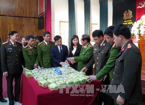 """Gần 45kg ma túy tổng hợp dạng """"đá"""" và 30 bánh heroin đã được Công an tỉnh Nam Định thu giữ. Ảnh: Văn Đạt/TTXVN"""
