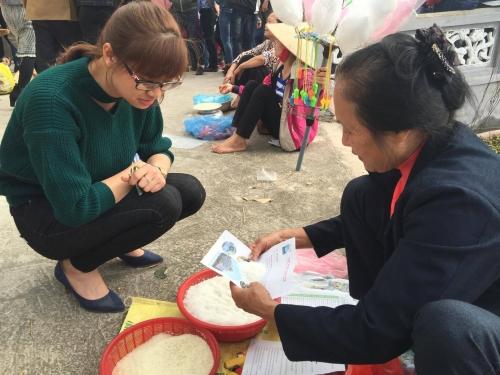Bạn Bùi Thị Huyền mua muối cầu may.