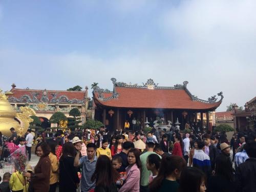 Khu vực sân trung tâm của ngôi đình làng - nơi tổ chức phiên chợ se duyên sáng ngày mùng 3 tết. (Ảnh: Thế Anh)