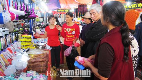 Quầy hàng đồ gia dụng luôn thu hút đông đảo khách hàng tham quan mua sắm.