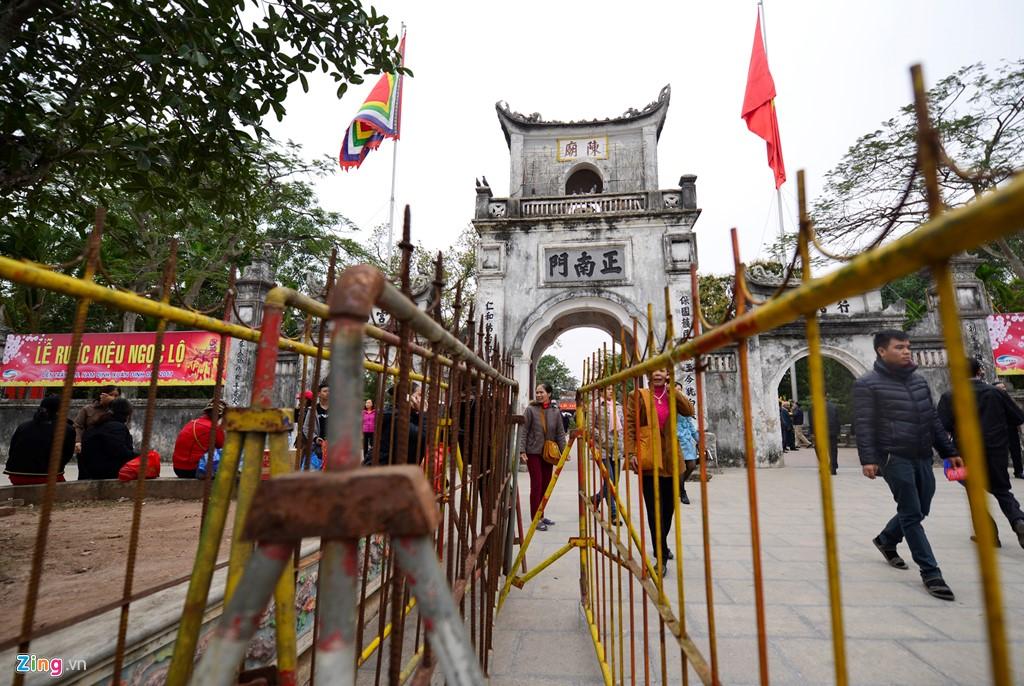 Hàng rào sắt kéo dài từ cổng đền Thiên Trường ra ngoài đường đã được dựng lên. Theo ban tổ chức lễ hội Đền Trần năm 2017, hơn 2.000 nhân viên an ninh được huy động để bảo vệ an ninh.