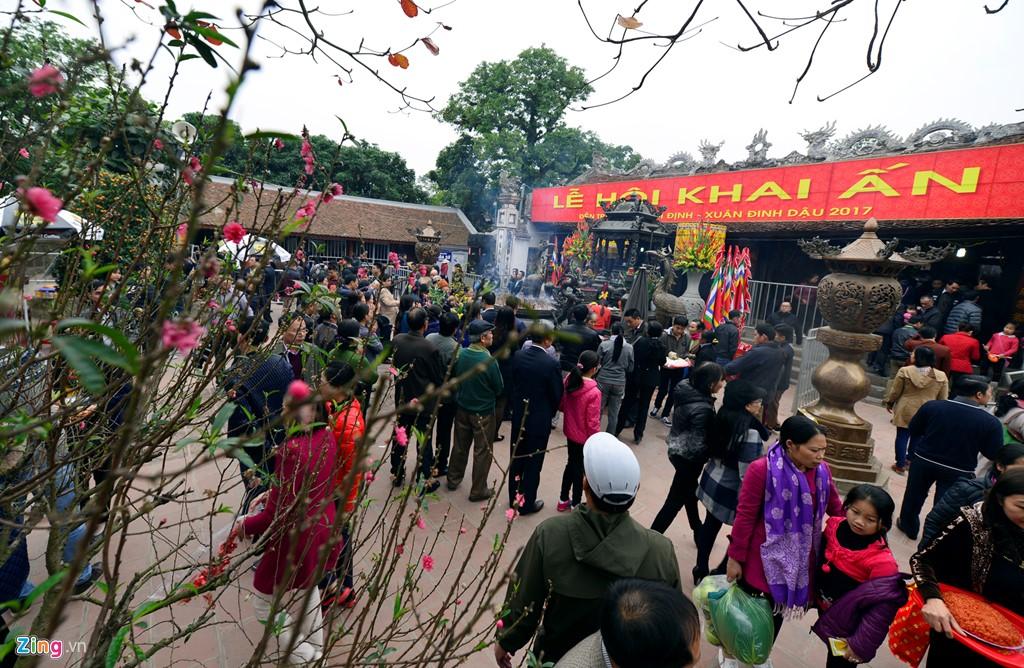 Mặc dù 0h ngày 15/1 âm lịch nghi lễ chính thức mới diễn ra nhưng từ sáng khuôn viên sân đền đã rất đông du khách thập phương khệ nệ những mâm lễ trên vai, túi nhỏ túi to đến thắp hương khấn vái.
