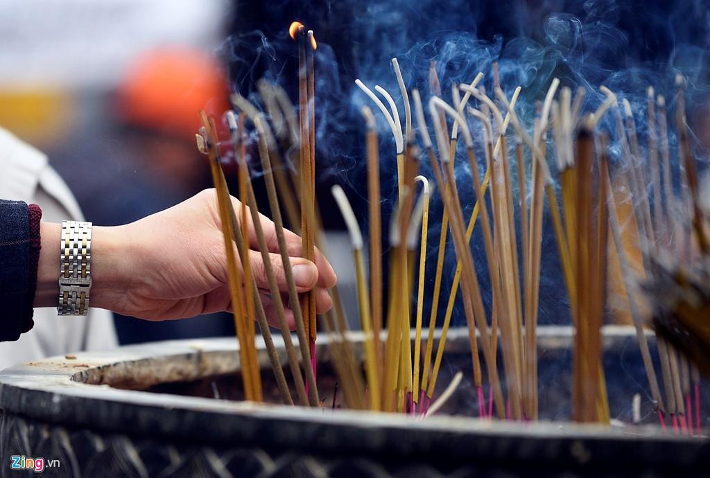 Lư hương phía trước sân đền Thiên Trường liên tục được làm đầy.
