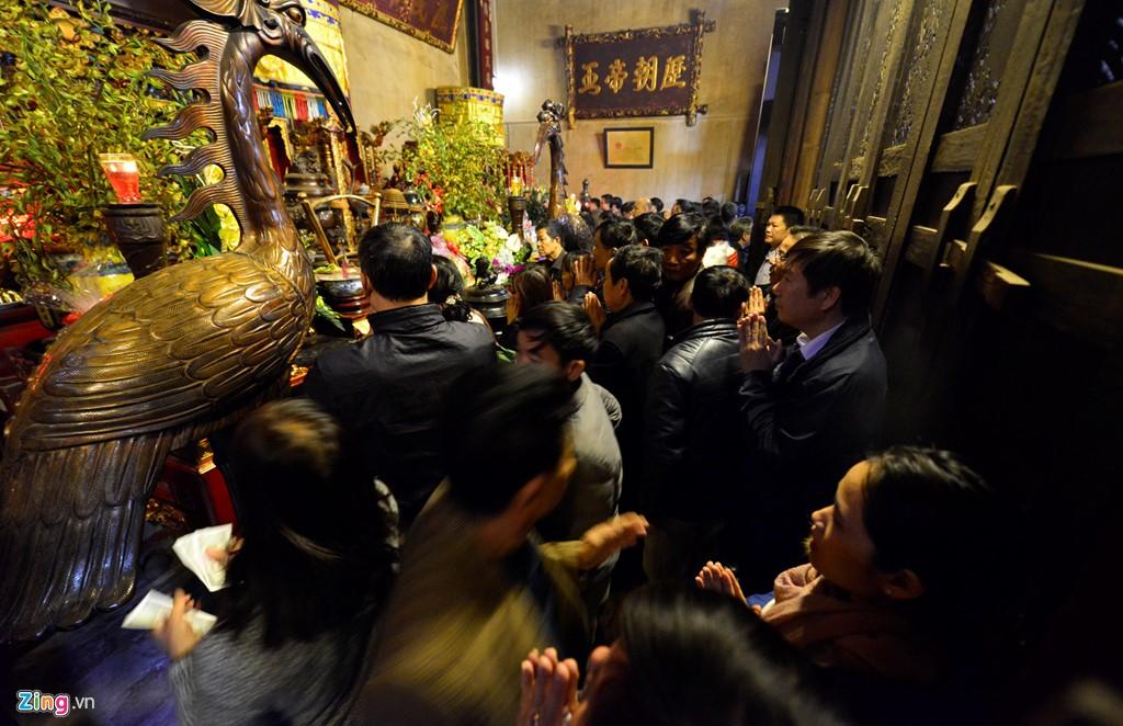 Bên trong các ngôi đền, dòng người chen chúc để thắp hương, dâng sớ.