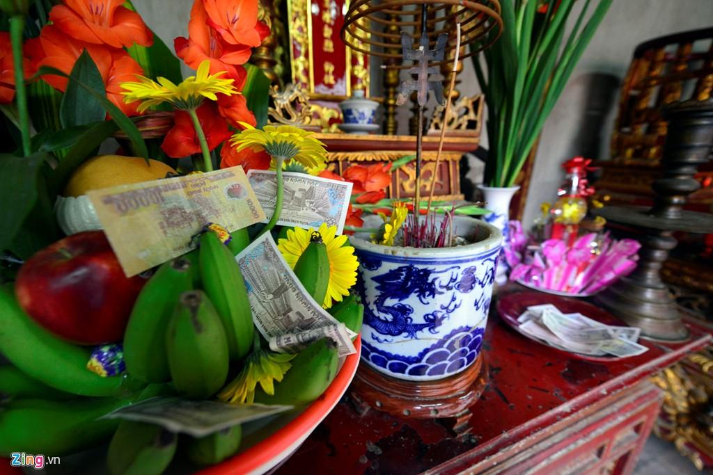 Tiền lẻ được nhét khắp nơi từ mâm ngũ quả, đến các bát hương.