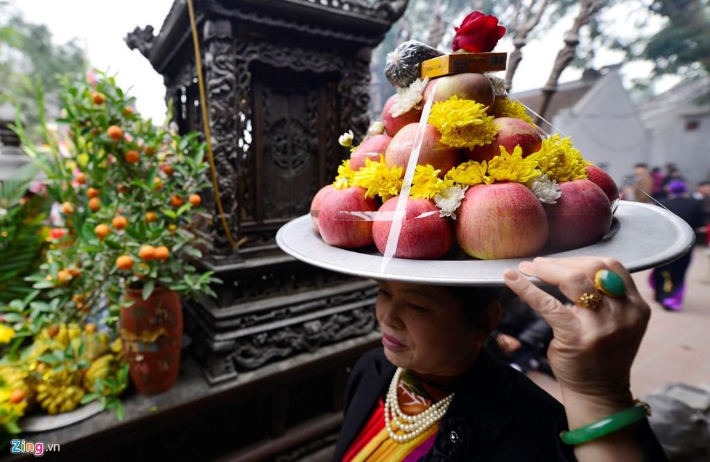 Những mâm lễ liên tục được khách dâng lên đầy đủ ba đền gồm Cố Trạch, Trùng Hoa, Thiên Trường.