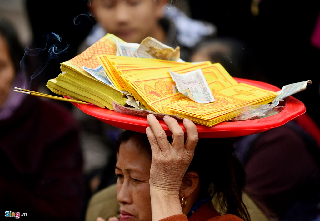 Nhiều người đứng từ xa chắp tay cầu nguyện với sớ, tiền âm phủ.