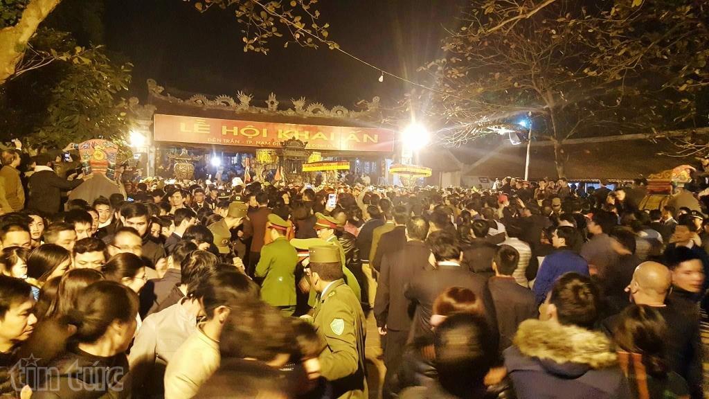 Đông đảo người dân dự Lễ khai Ấn đền Trần Nam Định.